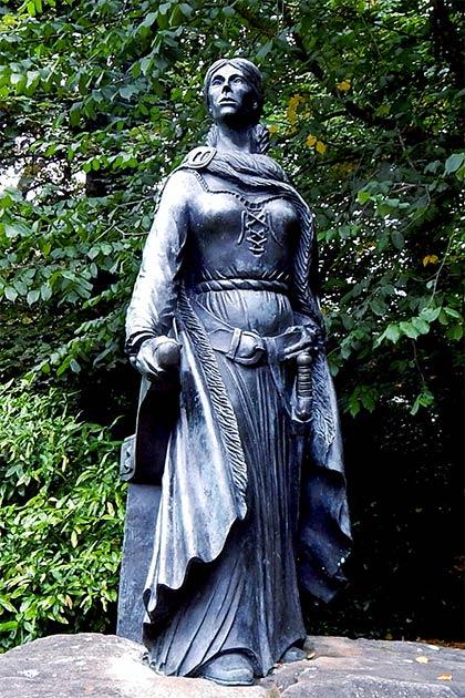 Grace O'Malley a eu un tel succès que la reine d'Angleterre «l'a laissée partir».  (Suzanne Mischyshyn / Comté de Mayo - Westport House Grounds - Statue de Grace O'Malley)