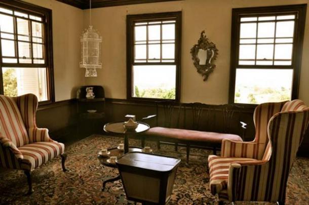 Un salon avec un soi-disant `` miroir hanté '' à l'intérieur de la grande maison Rose Hall.