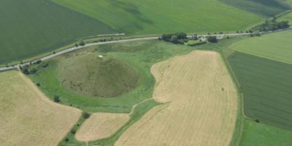 Vista aérea de Silbury Hill, Wiltshire, Inglaterra.