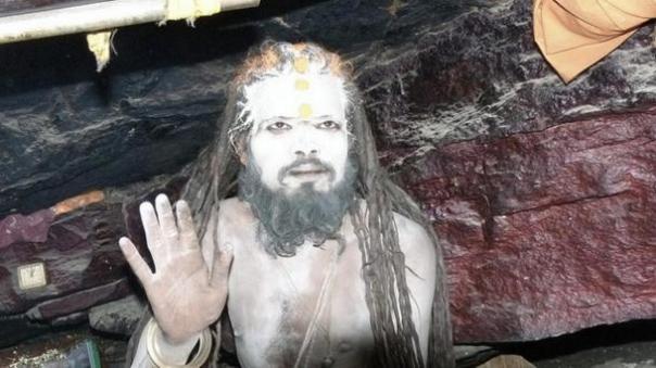 Un Aghori en una cueva cerca de Badrinath, India.