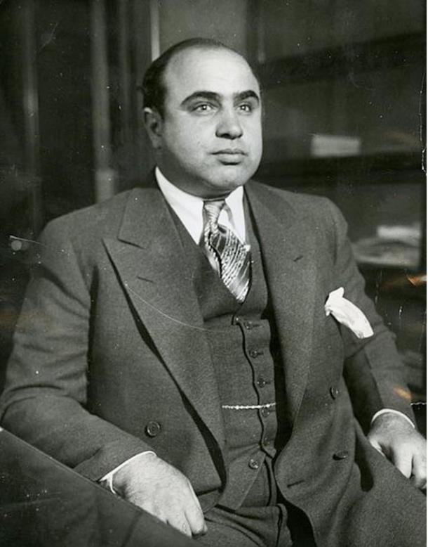 Al Capone est montré ici en 1930 au bureau de détective de Chicago après son arrestation pour vagabondage