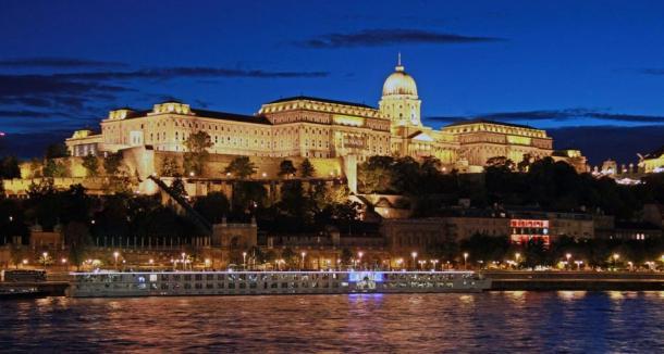 L'incredibile, tentacolare Castello di Buda a Budapest, sul Danubio.