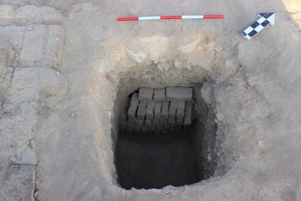 Entrada a la tumba donde se encontró la momia.
