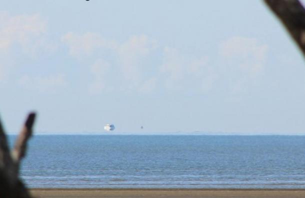 Una Fata Morgana al largo della costa orientale dell'Australia che lo fa apparire come se una nave galleggia sopra l'orizzonte, il 26 agosto 2012.