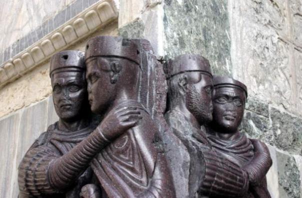 """Una parte de la escultura, """"Retrato de los Cuatro Tetrarcas,"""" hecha de pórfido Imperial alrededor de 300 dC, describe cuatro emperadores romanos. En la actualidad se encuentra en la fachada de la Basílica de San Marcos en Venecia, Italia."""