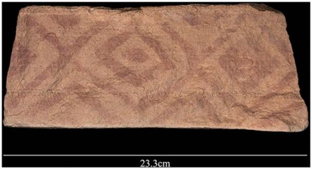 Motif peint géométrique trouvé sur un bloc qui faisait partie de la plate-forme d'un mustatil.  (Groucutt et al. / L'Holocène)