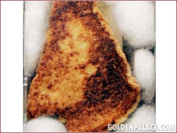 Golden Palace Events a acheté l'étrange relique religieuse, un sandwich au fromage grillé avec une représentation du visage de la Vierge Marie, en 2004 pour 28 000 $!