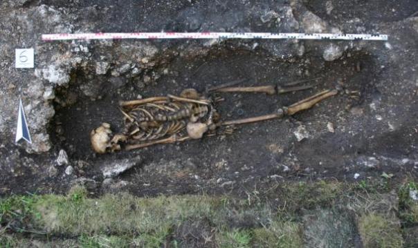 Nota al pie faltante izquierda del hombre Hemmaberg, visto aquí en su tumba, al parecer interrumpida por un soldado de a pie, mientras que él estaba haciendo la batalla en un caballo.