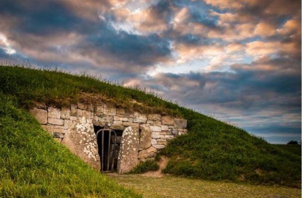 """La Colina de Tara es un complejo arqueológico que ofrece muchos monumentos antiguos, como el """"Montículo de rehenes ', visto anteriormente. En la tradición Colina de Tara es conocida como la sede de los Grandes Reyes de Irlanda."""