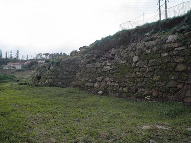 Partial view of the Castle of Rocha Forte's southeast wall.