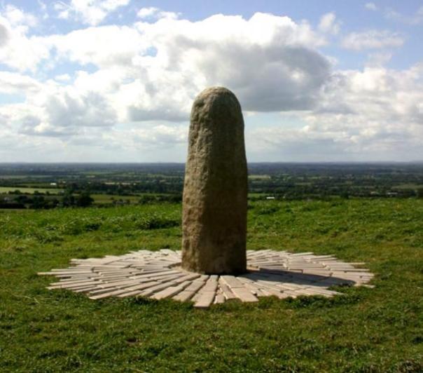 El Lia Fáil (Piedra del Destino) la cima de la colina de Tara, Condado de Meath, Irlanda.