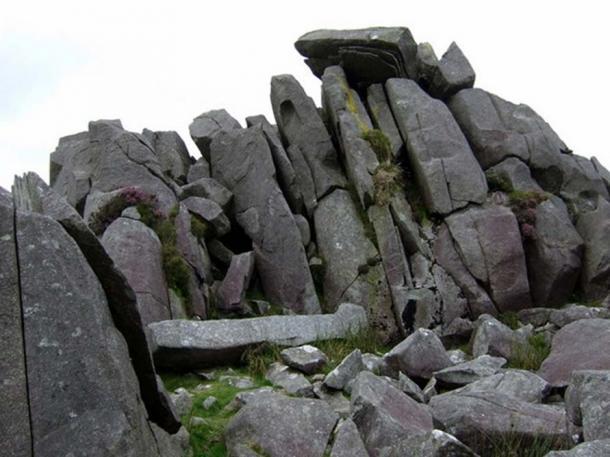 Pietre a Carn menyn, Galles, come esempio di lastre dolerite bluestone.These, ripartito per azione gelo, sembrano essere impilati e pronti per la presa.