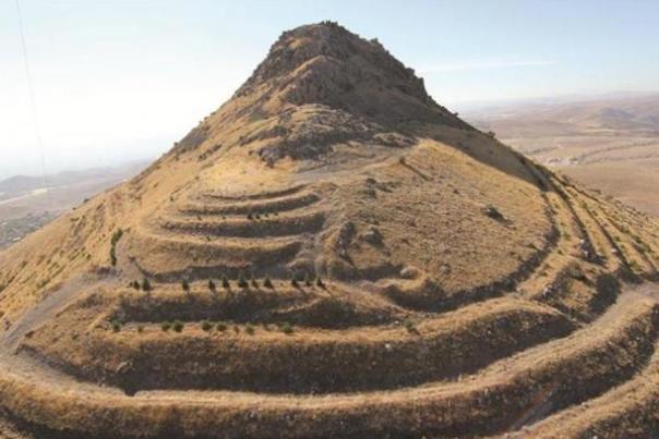 Las ruinas del castillo Geval sientan encima Takkel montaña en el distrito de Selçuklu de Konya.