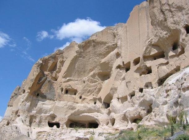 Tatlarin (Nevsehir), Turchia.  Grotte in tutta la regione sono state scavate nella roccia vulcanica morbido e utilizzati come abitazioni, sentieri, e storage.