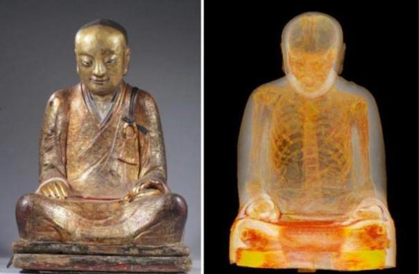 La Momia Monk Dentro de una estatua de Buda