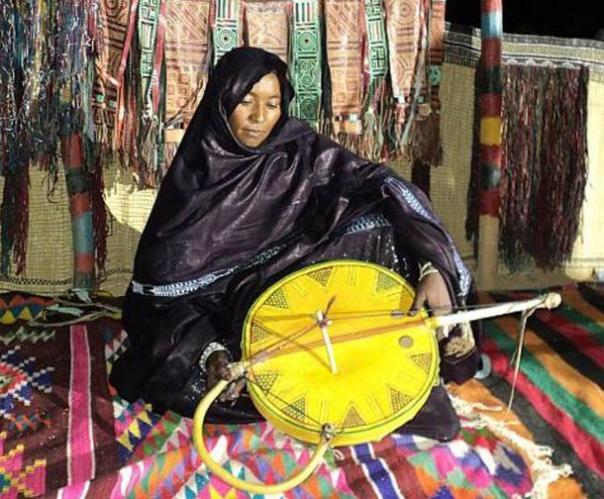 En 2011 una mujer tuareg juega el imzad.