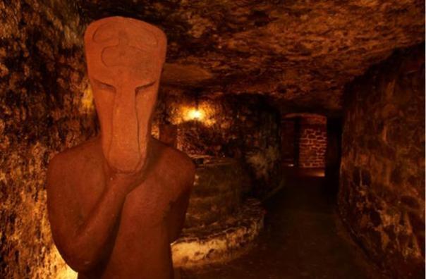 El Chamán Dos Caras tiene una cara en ambos lados de su cuerpo, cada vez observación.