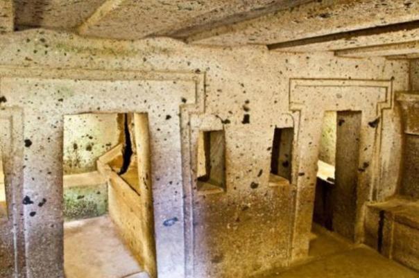 No hayas despojado etrusca Tumba Completo con Sarcófagos y Tesoros Unearthed en Italia
