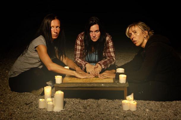Spiritualistes femmes communiquant avec les fantômes par le biais d'un conseil spirituel.  (Couperfield / Adobe)