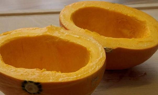 """Yang llegó a ser conocido como """"Dos Mitades Calabaza 'después de cortar una calabaza en dos para hacer dos recipientes para medir el grano."""