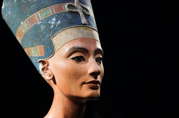 El busto de Nefertiti icónica, descubierta por Ludwig Borchardt, es parte de la colección Ägyptisches Museo de Berlín, actualmente en exhibición en el Museo Altes