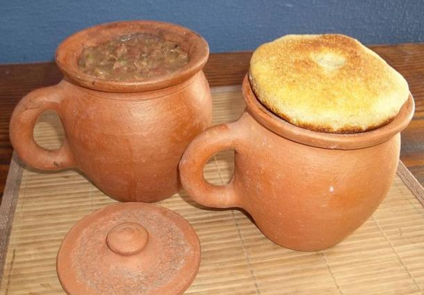 The clay pot and dish of Rhygenydd the Cleric could produce any food the heart desired