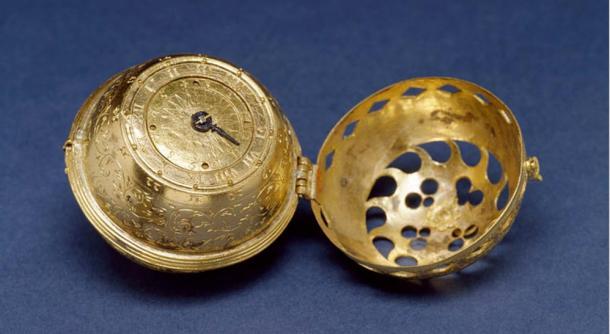 """""""Questo è il primo orologio datato conosciuto.  Si è inciso sul fondo: Filippo Melantone, a Dio solo la gloria, 1530. Ci sono pochissimi orologi oggi che precedono 1.550 esistenti;  solo due esempi datati sono conosciuti - questa del 1530 e un altro dalla 1548. Le perforazioni nel caso consentito uno per vedere l'ora senza aprire l'orologio """"."""