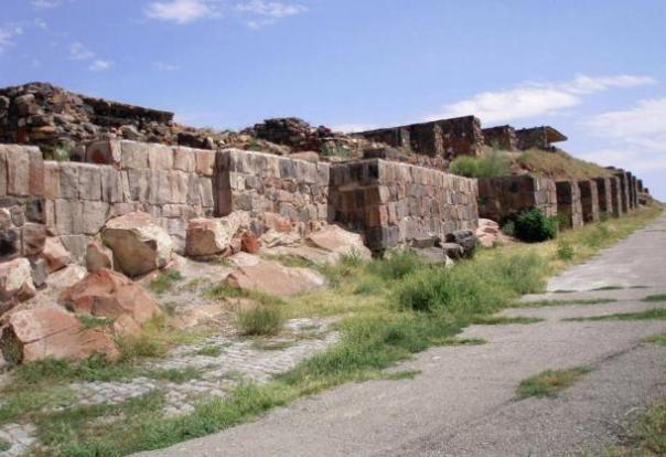 Sureste entrada a Fortaleza de Erebuni.  Restaurada por Mason Andranik Sargsyan.