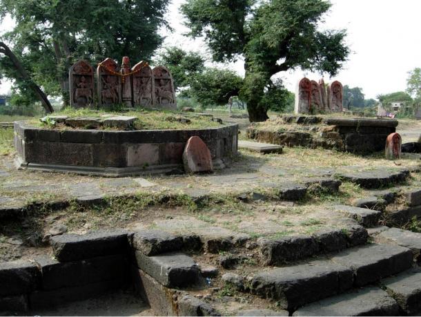 Vicino il labirinto di archeologi Gedimedu hanno trovato pietre eroe come questi da da Tirla, Dhar nel Madhya Pradesh.