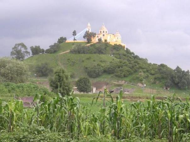 Desde la distancia de la Gran Pirámide de Cholula se parece a una colina natural coronado por una iglesia.