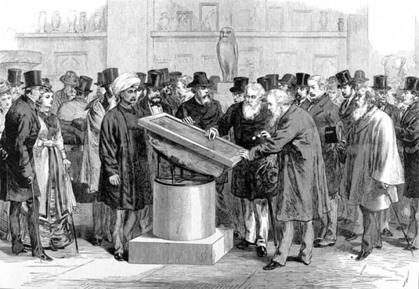 Experts inspectant la pierre de Rosette lors du Congrès international des orientalistes de 1874. (Domaine public)