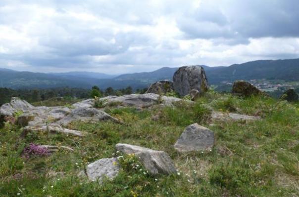 que el paisaje de Campo Lameira en Galicia, con un montón de piedras deja de mentir sobre la naturaleza, invitando a los seres humanos para dibujar sobre ellos.