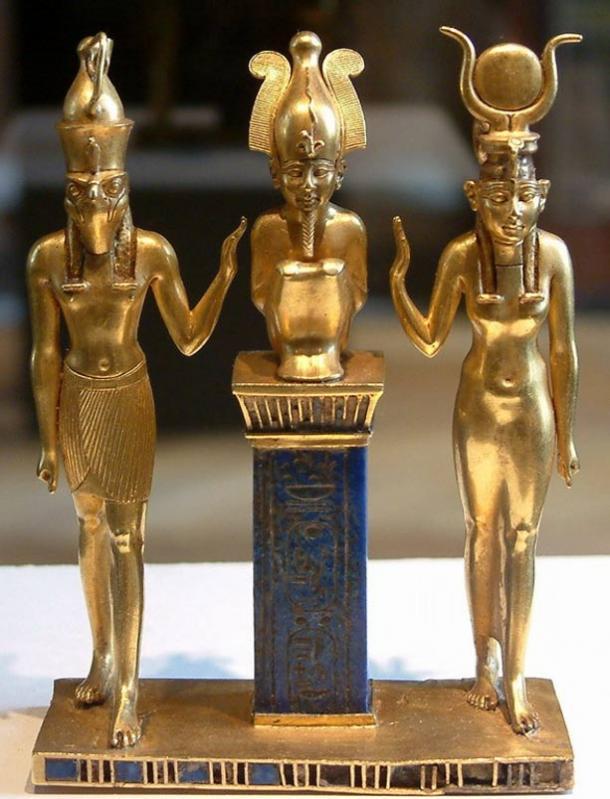 Osiris su un pilastro lapis lazuli nel mezzo, fiancheggiata da Horus sulla sinistra e sulla destra Isis.