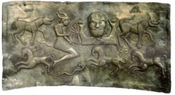 Un plato de El Dagda, que representa a los miembros legendarios de los Tuatha Dé Danann.