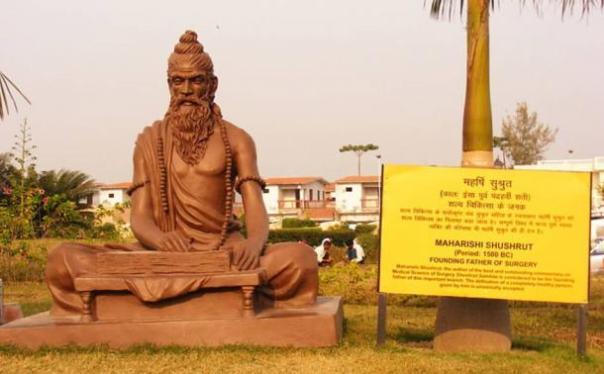 Una estatua dedicada a Sushruta en el instituto Patanjali Yogpeeth en Haridwar