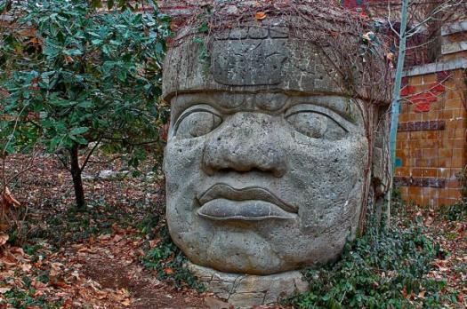 Famoso cabeza de piedra de la civilización olmeca.