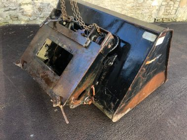 Forklift bucket tipping back plate