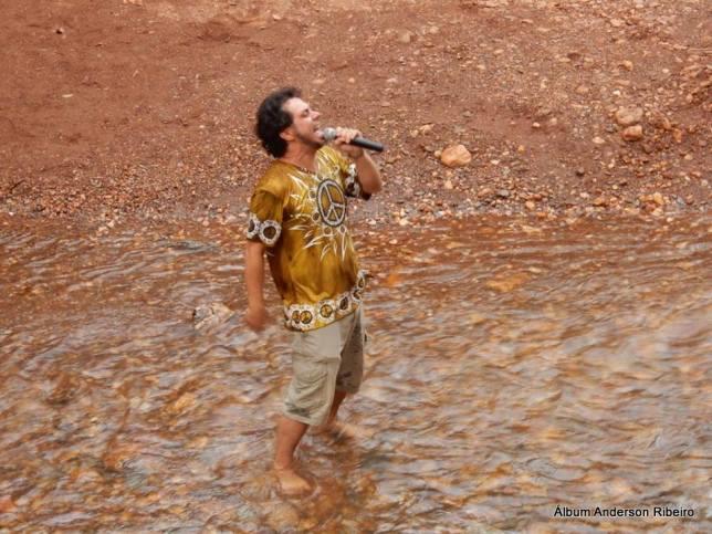 2016 - Tocando dentro do rio em Macacos/MG com a Verbo Vitrola Motor Band