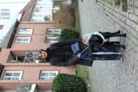 Man sieht Lea mit ihrem Blindenführhund Arzu