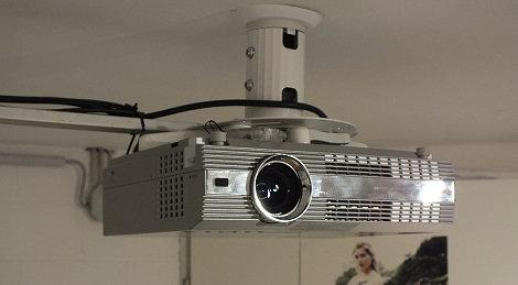 Der Panasonic PT AE 100E Hing Schon Mal Im Wohnzimmer An Decke Aber Seitdem Wir Den Grossen Philips LCD Zimmer Haben Ist Er Abgebaut Und Lag