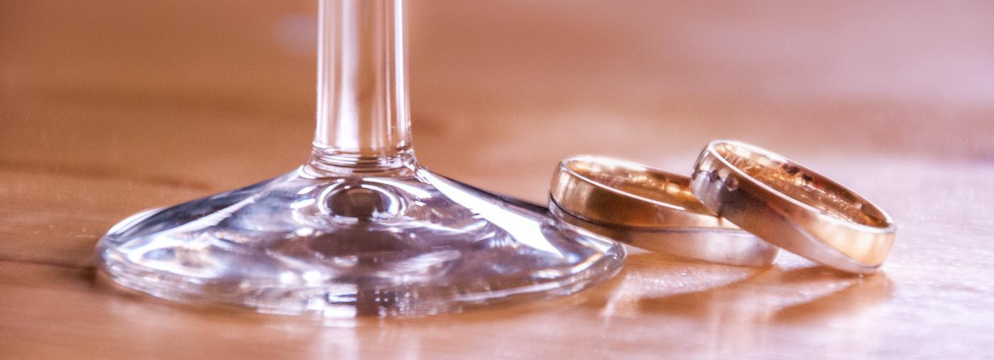 Hochzeitsringe an Sekt