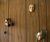"""Маски на стенах в мотеле """"Дель Рей""""."""