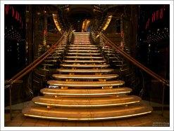 Подсвеченная лестница в театр.