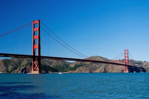 """Golden Gate Bridge на самом деле не золотой, а покрашен в цвет, известный как """"International orange""""."""