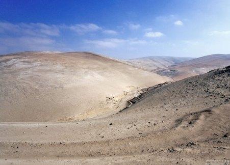 Безжизненные холмы по пути к каньону Colca.
