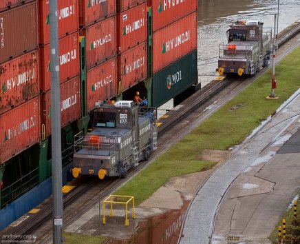 Мулы за работой. Самое широкое судно, которому позволено транзитом проходить через Панамский канал - это USS New Jersey. Его бимс равняется 33 метрам. Ширина шлюзов канала - 33,5 метра.