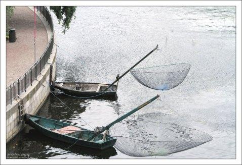 Рыбацкие лодки с сетками для ловли форели возле Королевского дворца.