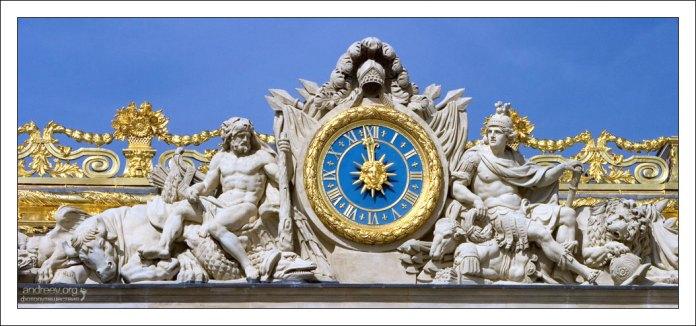 Позолоченные часы - деталь экстерьера Версальского дворца.