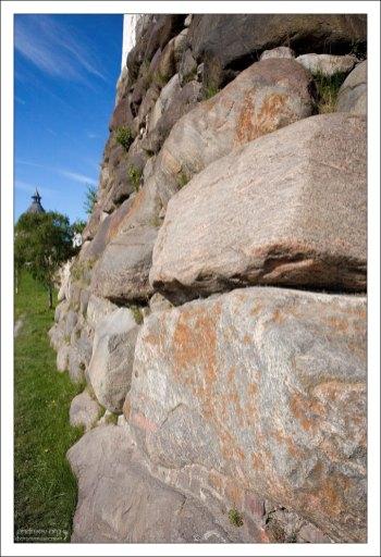 Мощные стены монастыря сложены из природного камня.