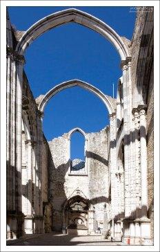 Открытый неф монастыря Convento do Carmo.